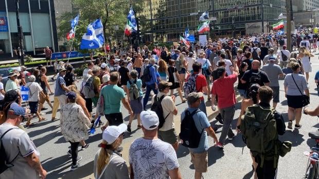 Büyük kalabalık, Quebec'in aşı pasaportunu protesto etmek için Montreal'de yürüdü