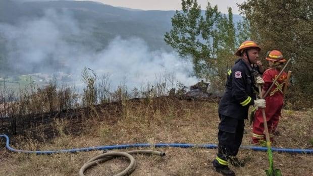 Hayatları riske atan orman yangını emirlerini göz ardı etmek, diyor B.C. Yetkililer, 6.200 mülk tahliye edildiğinden