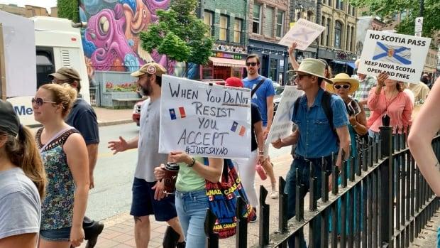 Protestocular Nova Scotia'da aşı pasaportlarına karşı çıkmak için Halifax'ta toplandı