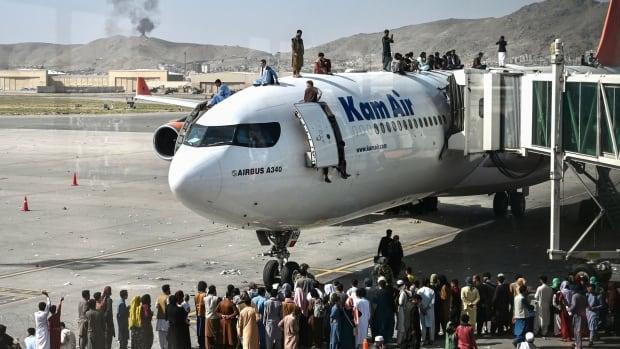 Taliban hükümeti devirdikten sonra binlerce kişi ülkeden kaçmak için Kabil havaalanına koştu