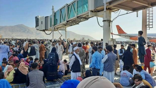 Taliban yönetimi, insanlar Kabil'den kaçmaya çalışırken kaosa yol açtı